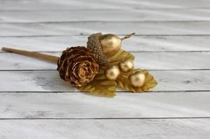 Букетик с сосновой шишкой и ягодками, золотой 1 шт